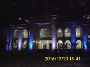 Masjid Raya Baitul Makmur Sekayu pada Malam Hari (sinanya berganti-ganti)