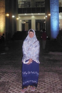 Umi Iin berpose di halaman parkir Masjid Raya Baitul Makmur, Sekayu (Des.2016 - doc.WeaNews)