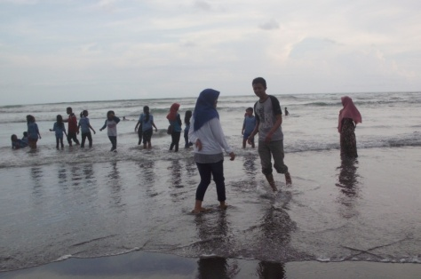 Bermain air di pantai