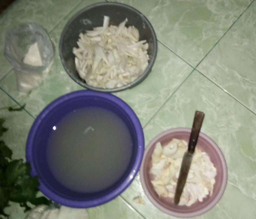 Proses pencucian dan pemotongan Krispy Jamur Tiram
