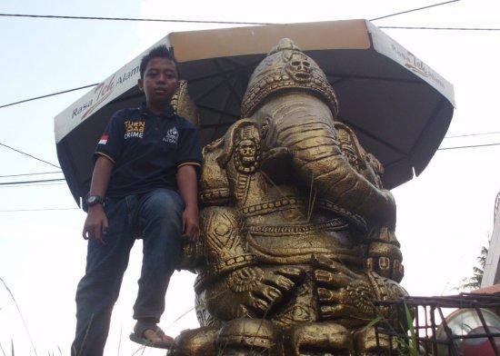 Patung di depan Hotel Alam Indah
