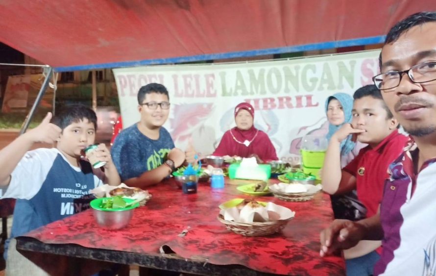 Makan di warung tenda 20180621 at 201100