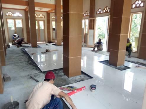 Pemasangan keramik masjid Jombok 20180608 at 095244