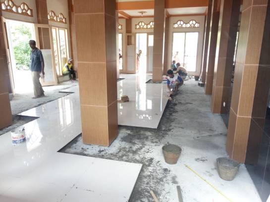 Pemasangan keramik2 masjid Jombok 20180608 at 095244