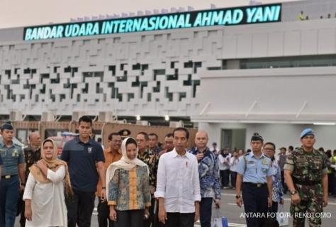 Presiden Joko Widodo (tengah, depan) didampingi Menhub Budi Karya Sumadi (kiri) saat meninjau landasan Terminal Baru Bandara Internasional Ahmad Yani, usai meresmikan pengoperasian terminal baru tersebut, di Semarang, Jawa Tengah, Kamis (7/6).