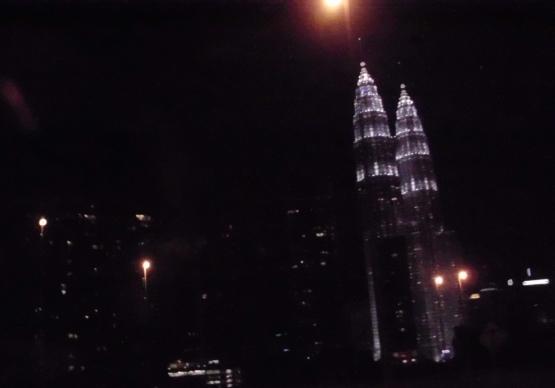 Menara-kembar-petronas-twin-tower-malaysia-malam