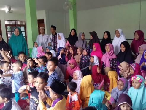 Foto bersama saat selesai visitasi bersama visitor, santri, asatidz, dan pengurus, di TPQ Al-Anwar Kelurahan Candi Kecamatan Candisari Kota Semarang